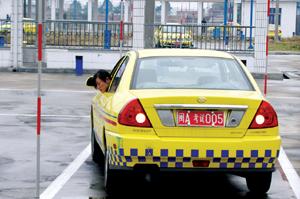 解析b2小路考过单边桥的那些技巧 第1张-库车驾校排名-报名电话-价格表-考驾照流程-科目考试技巧