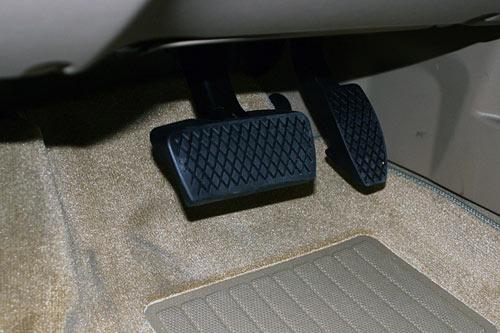 刹车油门都是右脚控制,为什么不左右分开设计呢?一起来了解一下 第2张-库车驾校排名-报名电话-价格表-考驾照流程-科目考试技巧