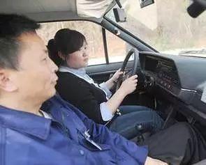 科目三如何有效避免安全员踩刹车?考试细节要牢记 第1张-库车驾校排名-报名电话-价格表-考驾照流程-科目考试技巧