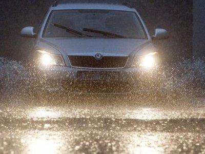 科二新增项目:模拟雨(雾)天湿滑路面行驶,还没有考试的学员哭了 第1张-库车驾校排名-报名电话-价格表-考驾照流程-科目考试技巧