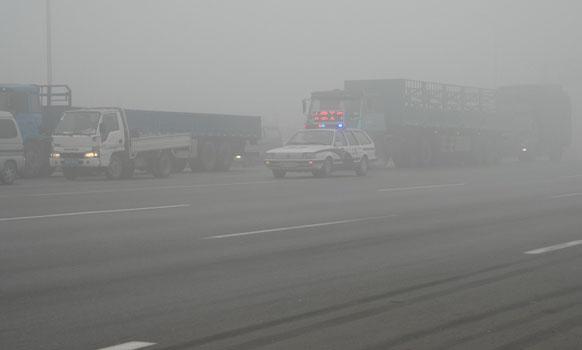 科二新增项目:模拟雨(雾)天湿滑路面行驶,还没有考试的学员哭了 第3张-库车驾校排名-报名电话-价格表-考驾照流程-科目考试技巧