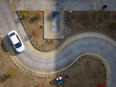 科目二曲线行驶怎么看车头?最笨的方法最实用 第1张-库车驾校排名-报名电话-价格表-考驾照流程-科目考试技巧