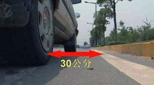 怎么你靠边停车这么准?老司机来教你 第4张-库车驾校排名-报名电话-价格表-考驾照流程-科目考试技巧