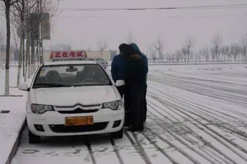 教练,下雪了还能练车去考试吗? 第2张-库车驾校排名-报名电话-价格表-考驾照流程-科目考试技巧